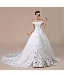 Regina Caterina - Vestito da sposa stile Cenerentola, realizzato in raso con applicazioni di pizzo.