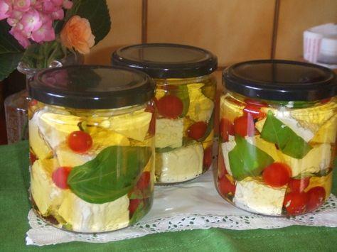 Queso feta y tomatitos en aceite de albahaca. Ver la receta http://www.mis-recetas.org/recetas/show/45089-queso-feta-y-tomatitos-en-aceite-de-albahaca