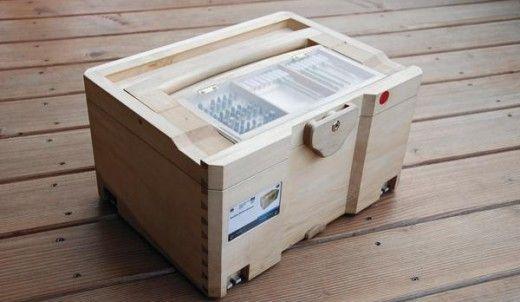 Erstes Exemplar der Woodbox: Der Werkzeugkasten ist als Aufbewahrungsmöglichkeit für Schreiner- und Tischlerwerkzeuge gedacht, die für das händische Fertigen von Holzverbindungen benötigt werden. BM-Foto: Marc Hildebrand
