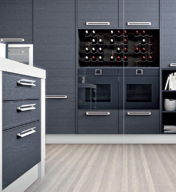 Le bottiglie di vino diventano il decoro perfetto di una cucina di ...