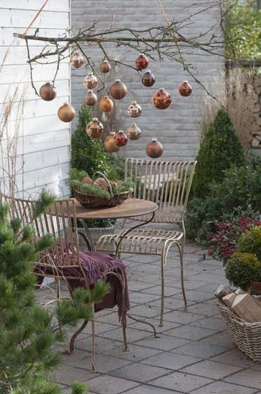 Vianočná výzdoba na balkóne: Atmosféru vytvoria svietniky aj zimná výsadba