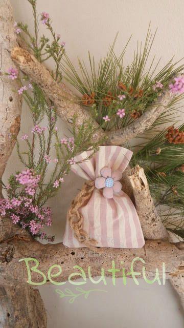 Μπομπονιέρα Βάπτισης. Μπομπονιέρα βάπτισης κορίτσι, πουγκί ριγέ μπεζ – ροζ με υφασμάτινο λουλούδι και δέσιμο από λινάτσα χειροποίητο.