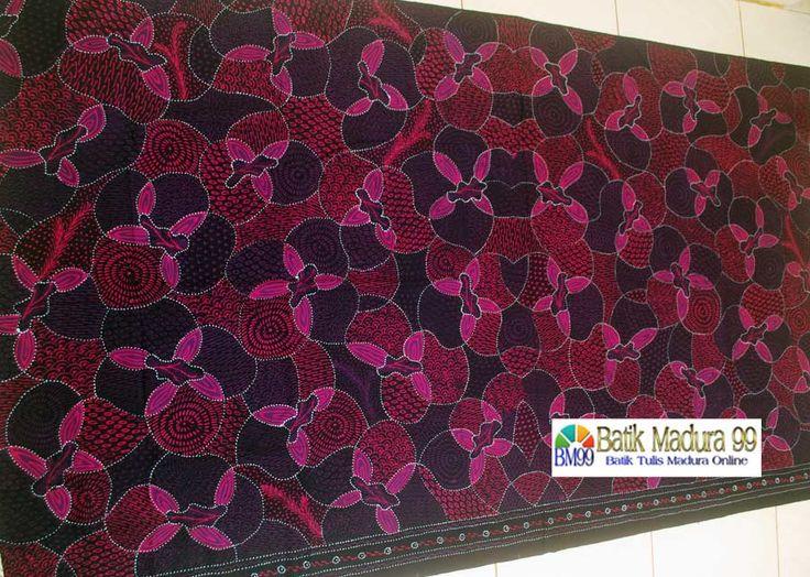 Batik madura modern kontemporer warna lembut ungu berhias motif yang padat. Kain batik tulis madura yang memberikan sentuhan keindahan pada selembar kain katun santiu halus.  http://batikmadura99.com