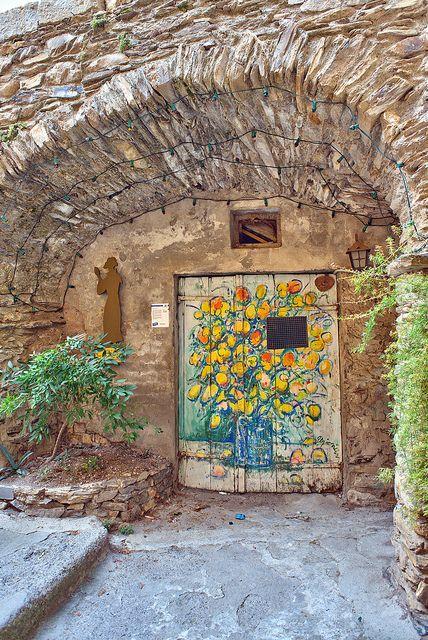 El pequeño pueblo medieval de Valloria en Liguria, Italia es un museo de arte de aire libre, con más de 100 puertas pintadas a casas, graneros, bodegas, y otros edificios. Desde 1994, los artistas internacionales han sido invitados a crear obras de arte en las puertas antiguas.
