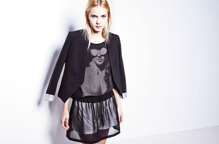 Czarny żakiet, czarny top z monochromatycznym printem i zwiewne spódnico-spodenki.