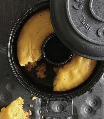 ガスコンロひとつで、外はカリッと、中はフワフワな、とてもおいしいパンを焼くことができると話題の「タミパンクラシック」は、南部鉄器のパン焼き器。お手入れをきちんとすれば、100年使えるといわれる素材です。シンプルな毎日のパンを焼くのはもちろん、生地をアレンジしてオリジナルのパンを開発するのも楽しそう。