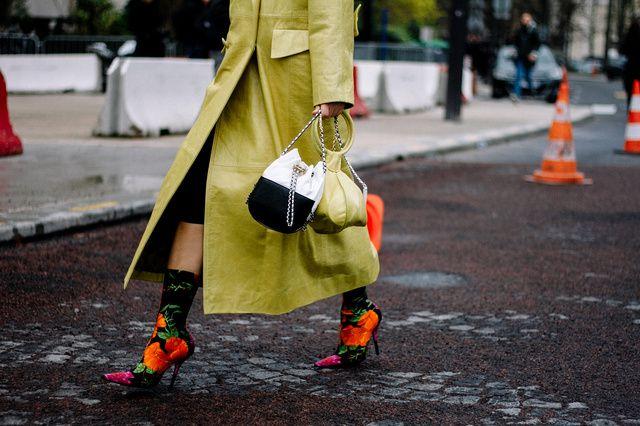 Bolsa Chanel, botas Balenciaga