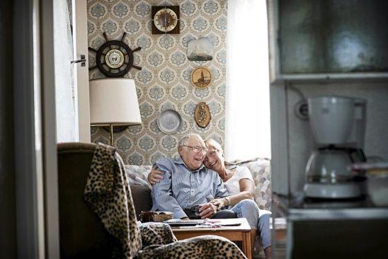 Sottungan vanhin asukas, 96-vuotias Tuure Aaltonen asuu yksin talossaan. Tytär Carita Karlsson on tullut käymään Maarianhaminasta. Kuva: Heidi Piiroinen / HS -- Lue juttu: Terveimmät suomalaiset elävät Ahvenanmaan Sottungassa
