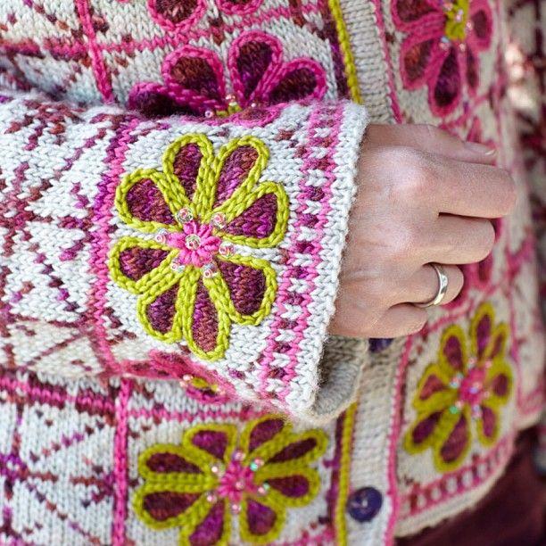 Lek med tradisjonelle norske mønstre! Her har Sidsel J. Høivik har tatt utgangspunkt i den norske åttebladsrosen i ukens strikkebilag. Spesialdesignet for Allers