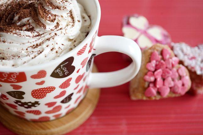 Forró csoki, házi kókusztejszínhabbal   Mennyiség: 2 fő  Elkészítés: 15-20 perc  Hozzávalók: 1 és 1/2 bögre mandulatej (cukor nélküli), 1 bögre kókusztej, 1 vanília rúd kikapart belseje, 45 g étcsokoládé (80% vagy magasabb kakaótartalommal), 1 evőkanál kakaó por, 45g méz Tejszínhabhoz: 150-200ml kókusztej, 1 evőkanál méz