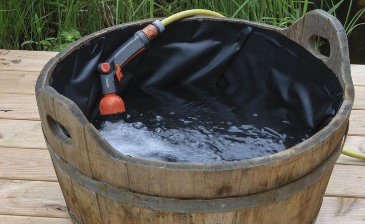 Nun das Wasser einfüllen (links): Ideal ist selbst gesammeltes Regenwasser.Leitungs- oder Brunnenwasser sollten Sie vor dem Einfüllen durch einen Wasserenthärter laufen lassen, da der Kalk das Algenwachstum fördert.Setzen Sie eine Zwerg-Seerose, zum Beispiel die Sorte'Pygmaea Rubra', in den Pflanzkorb. Die Teicherde wirdmit einer Kiesschicht bedeckt (links), damit sie beim Einsetzen in den Miniteich nicht aufschwimmt