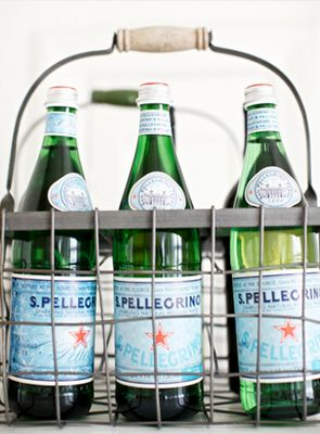 s. pellegrino... Wouldn't this be a lovely hostess gift for a cocktail party? Pellegrino in a carry-all: Handbags Pur, Kitchens Towels, Olives Oil, Sparkle Water, Bubbles, Wine Bottle, Design Bags, Hostess Gifts, Cocktails Parties
