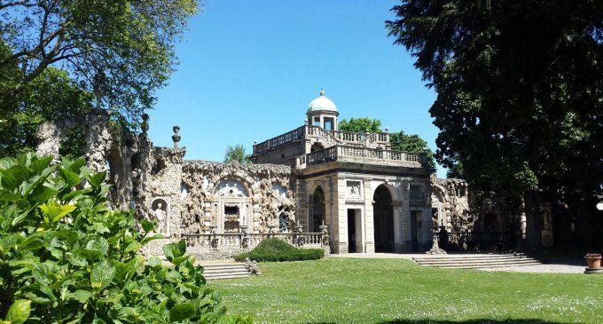 A Lainate (Milano) esiste un incantato giardino delle delizie in cui perdersi tra grotte e zampilli: è il ninfeo di Villa Visconti Borromeo Arese Litta.