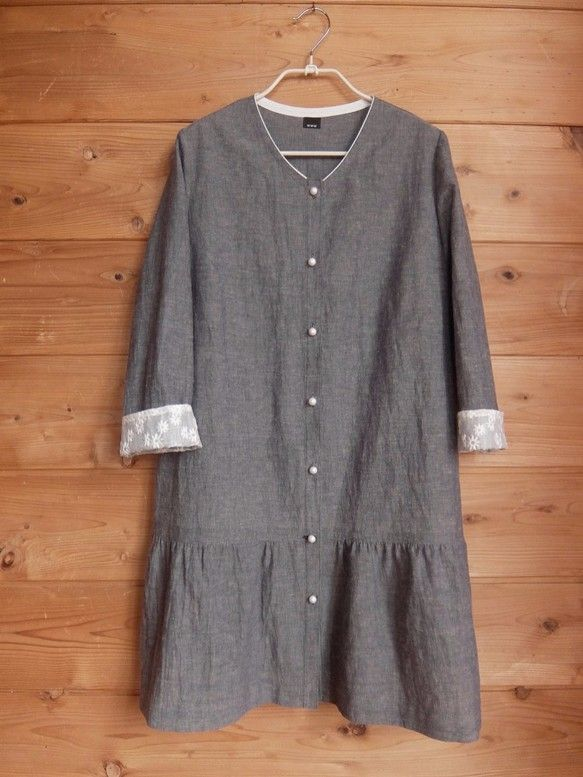 素材は綿80%麻20%の薄手で軽くしんなりとやわらかいダンガリーです。くすんだ濃紺とベージュの交った織で、遠目には青みがかったグレーにも見えます。袖口は見返し...|ハンドメイド、手作り、手仕事品の通販・販売・購入ならCreema。