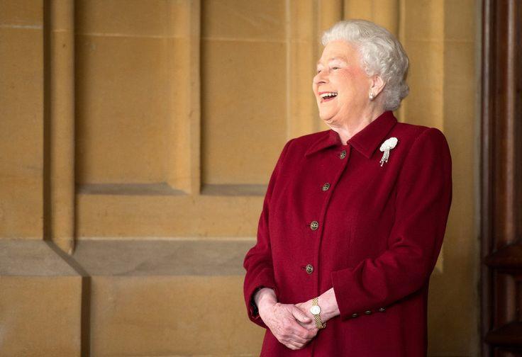 La reine Elizabeth II recherche des employés