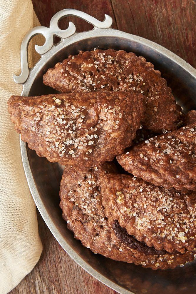 Deze Chocolate Hand Pies zijn voorzien van een rijke, fudgy vulling verpakt in chocolade taart korst.  Chocoladeliefhebbers zullen deze verslinden!  - Bak of Break
