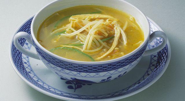 カレーの風味が食欲をそそるスープは、鶏肉や野菜のうま味がきいています。ピーマンにはビタミンAやC、にんじんにはビタミンAと抗酸化作用のある成分が多く含まれ、アンチエイジングに生活習慣病予防に効果が期待できます。