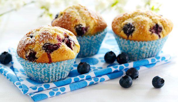Bløde blåbærmuffins med et drys af flormelis. Hvem kan sige nej til det? Opskriften er simpel med klassiske ingredienser, som du sikkert allerede har i køkkenet.
