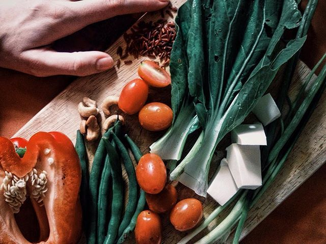 Никогда не понимала и не пойму людей, которые не любят овощи! Килограммами готова есть. Кстати, белое - это тофу, тофу - не сыр, тофу - это тофу, почему в России тофу является сортом сыра, понятия не имею 🐷🐷🐷 #свинкапеппа #овощи #еда #вкуснятина #тофу  #тофунесыр #перец #лук #черри #кешью #foodporn #диета #москва #россия #пп #правильноепитание #вечнаядиета #кюгалюбиткушать #жрать #фасоль #diet #nutrition #freshfood #vegies #healthyfood  Yummery - best recipes. Follow Us! #foodporn