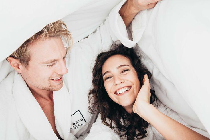 Zwei in einem Bett im Kowald Loipersdorf beim lässig-verliebten Thermenurlaub #kowald