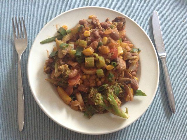 Fuhrman, de auteur van 'Eat to Live' hanteert een handige afkorting als reminder voor hoe je dient te eten volgens 'Eat to Live':G-BOMBS = groene groenten, bonen, ui (onion), paddestoelen (mushrooms), bessen en noten/zaden (seeds and nuts). In deze bonenschotel tref je 5 van de 6 letters aan (alleen de bessen missen). Ik hou van …