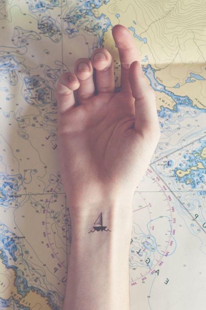 idée de tatouage poignet, flot et bateau, petit voilier, petit tatouage femme voyage, navigation