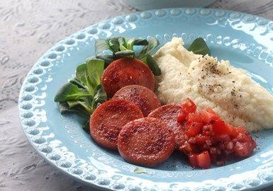 Stekt korv med potatis- och blomkålsmos och tomatsalsa