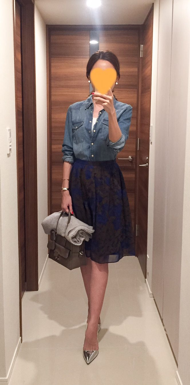 Denim shirt: H&M, Skirt: Ballsey, Beige bag: ANYA HINDMARCH, Silver pumps: PRADA