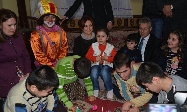 Vali Mustafa Taşkesen ve eşi Betül Taşkesen Hanımefendi, 5 çocuklarından 4'ü engelli olan Orakçı Ailesi'nin evinde doğum günü kutlaması programına katıldı. http://www.tokatta.com/164-Engelli-Cocuklar-Dogum-Gunu-Kutlamasi.html