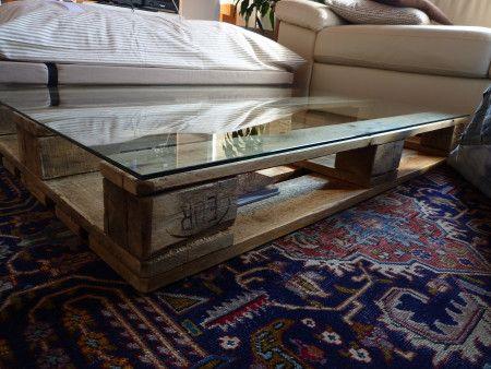 Tavolino da soggiorno, bancale di legno trattato con vernice ad acqua su rotelle bloccabili e piano in vetro.