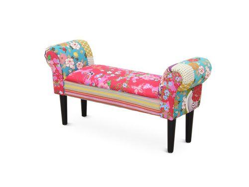 Vneste do Vašich interiérov kúsok extravagancie s touto lavicou potiahnutou látkou s výrazným patchworkovým dizajnom. Tento dizajn je v súčasnosti veľmi obľúbený a oživíte ním akékoľvek priestory. Lavica stojí na drevených nohách.