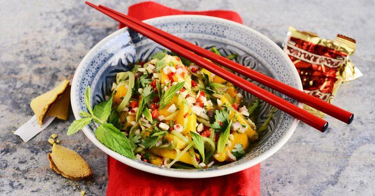 Fruchtig und frisch. In asiatischen Salaten findet man oft tropische Früchte. Dressingzutaten wie Fischsauce, Limettensaft und Sesamöl geben die t ...