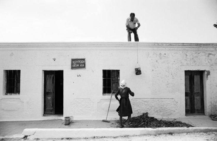 Νίσυρος 1982 . Ζευγάρι νησιωτών σε ασβέστωμα της κατοικίας , του κουρείου , και της ταράτσας. Φωτογραφία Σπύρος Σταβέρης