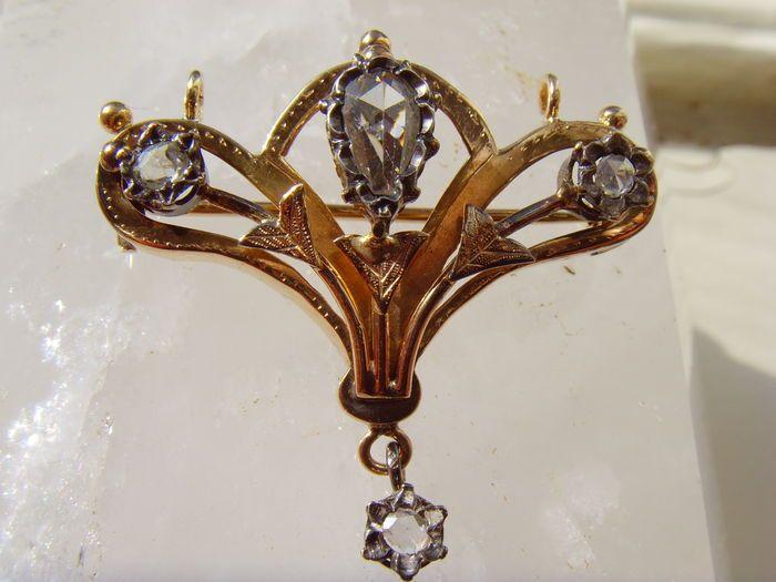 Gouden Art Nouveau hanger / broche met roosgeslepen diamant ca. 1900 - 1910 totaal ca. 0.73 ct.  Lusmodel Broche of hanger - 100% handwerk periode: 1900 - 1910.Bezet met een peervormige roosgeslepen diamant - 8.6 x 5.6 mm: ca. 0.43 ct. G/H - SI 1en 3 kleine roosgeslepen diamanten van ca. 3 mm. ca. 0.30 ct. De onderste kleine diamant is bungelend gemonteerd.Herkomst waarschijnlijk Frankrijk.Positief getoetst op 14 K. maar streep blijft ook staan op 18 K. test.Ik hou het voor de zekerheid op…