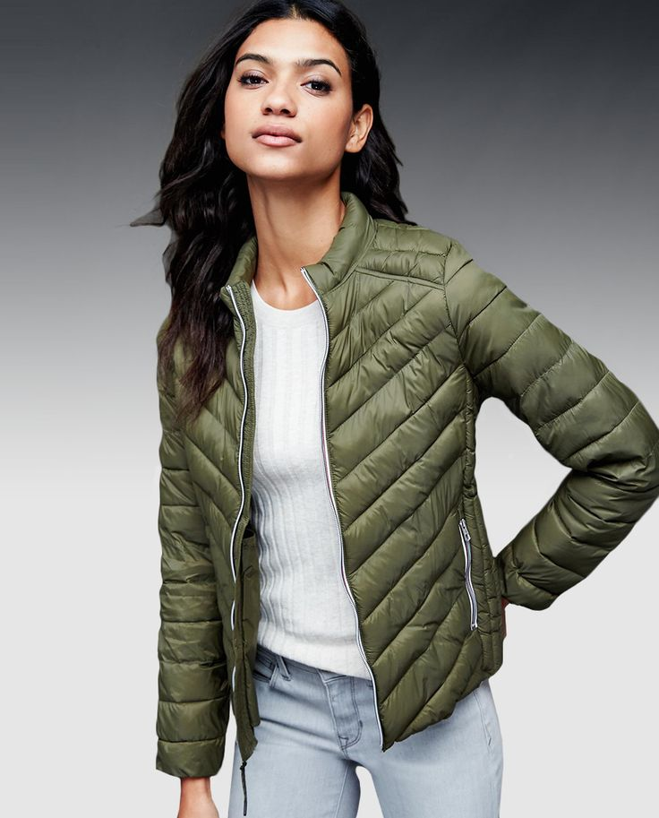 Plumífero corto de mujer Gap en color verde