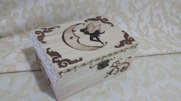 Scatola in legno con fata disegnata con pirografo