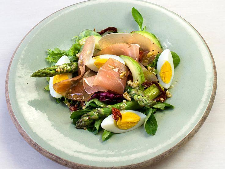 En salat trenger ikke å være mer komplisert enn asparges, egg og god skinke. Dette er deilig mat når du har lyst på noe lett og godt.