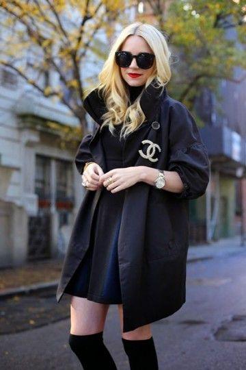 trench-nero-elegante-stivali-neri-sopra-il-ginocchio-spilla-chanel http://www.pensorosa.it/trends/34-idee-su-come-indossare-la-spilla.html