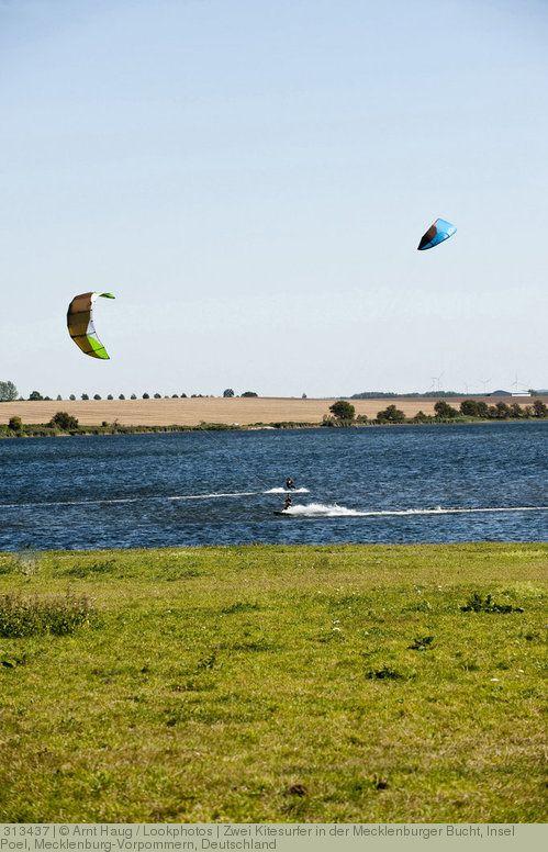 Zwei Kitesurfer in der Mecklenburger Bucht, Insel Poel, Mecklenburg-Vorpommern, Deutschland