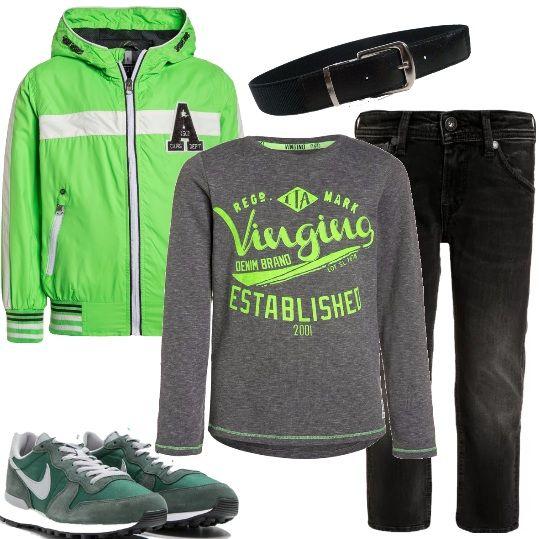 Outfit per i bimbi che devono vestire comodi, ma sempre con un look curato. Giubbino in verde lime, con cappuccio e chiusura a cerniera, t-shirt a manica lunga, con stampa nella parte frontale. Jeans nero, effetto consumato sulle ginocchia, cintura elasticizzata in nuance, sneakers basse, grigie con inserti in verde. Se preferite, aggiungete una felpa senza applicazioni, che sia aperta o chiusa è uguale.
