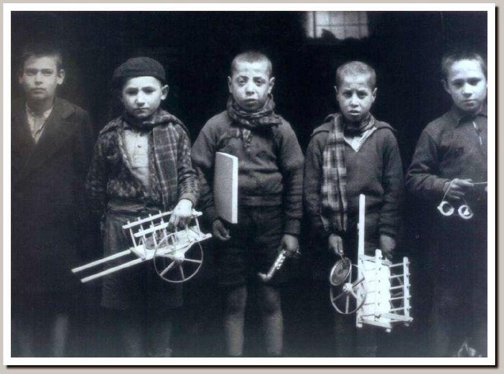Tristes niños republicanos huérfanos reciben sus regalos de navidad en el Hospicio de Valencia. 1938.