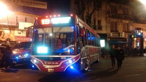 Línea+19,+coche+2826,+Metalpar+1618+(OIS903)+:+[b]Linea:[/b]+19 [b]Coche:[/b]+2826 [b]Empresa:[/b]+Empresa+Romero+SA+(Líneas+19-153-253-321) [b]Chasis:[/b]+Mercedes+Benz+OH+1618+L-sb [b]Carroceria:[/b]+Metalpar+Iguazú+2015 [b]Patente:[/b]+OIS903 [b]Fecha:[/b]+29+de+octubre+de+2016,+20:32 [b]Lugar:[/b]+Avda.+de+Mayo,+entre+Lima+y+Salta+(Ciudad+Autónoma+de+Buenos+Aires)  Saludos!!!  [b]destilandofama05[/b]+(Fotolog+grupal) [b]habiaunavez_bus[/b]+(Fotolog+grupal) [b]ale1