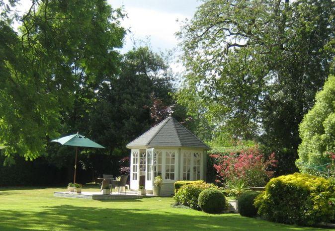 Picture-Perfect zeichnet sich dieser hübsche Holzpavillon von der Gartenlandschaft ab. Sofort habe ich Lust unter dem Sonnenschirm englisch elegant einen Tee zu mir zu nehmen! Geht es Ihnen auch so? Auf https://www.lugarde.de/shop/holzpavillons-gartenlauben/ finden Sie ähnlich hübsche Holzpavillons. Schauen Sie mal rein!