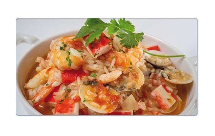 Ingredientes: 500 g de camarão com casca 200 g de miolo de camarão 150 g de palitos do mar 400 g de amêijoas com casca 1 cebola 3 dentes de alho 1 dl de azeite 1 lata pequena de tomate pelado 400 g de arroz carolino Sal q. b. Pimenta q. b. Preparação: Descasque os …