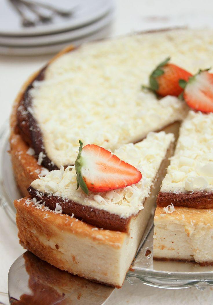 Cheesecake al forno con riccioli di cioccolato bianco