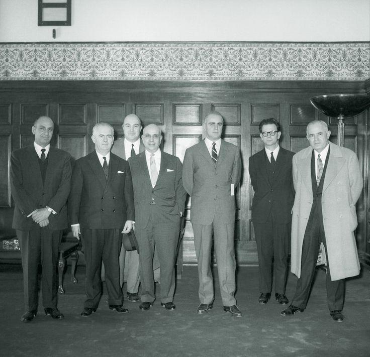 Στιγμιότυπο από τη συνάντηση αντιπροσωπείας των εφοπλιστών του Λονδίνου με τον πρωθυπουργό Κωνσταντίνο Καραμανλή το 1963. Διακρίνονται από αριστερά: ο Κώστας Ι. Λύρας, ο υπουργός Εμπορικής Ναυτιλίας Στέλιος Κωτιάδης, ο Δημήτριος Ι. Χανδρής, ο Κώστας Μ. Λεμός, ο πρωθυπουργός, ο Δημήτρης Κοπανίτσας και ο Ιωάννης Ηλ. Κουλουκουντής. / The Greek Prime Minister and the Minister of Merchant Marine in a meeting with representatives of Greek Shipping Cooperation Committee in 1963.