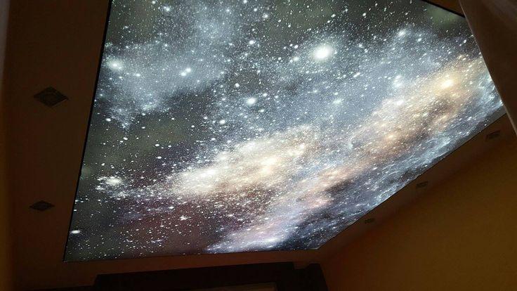 Sufit napinany z pięknym nadrukiem gwieździstego nieba. / Stretch ceiling with a beautiful print of the starry sky.