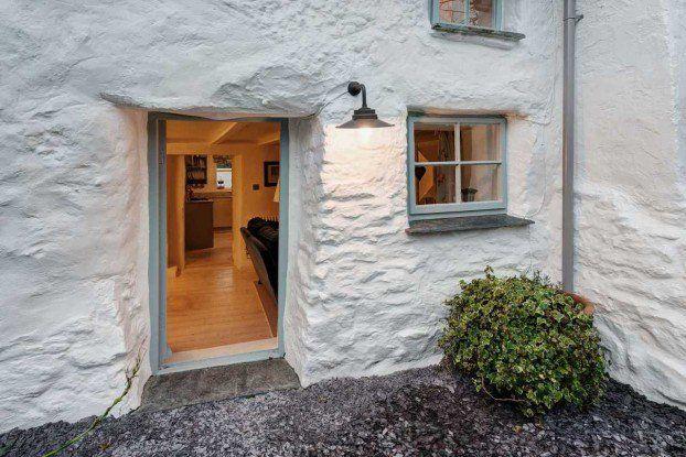 Αυτό το σπίτι βρίσκεται στη Βρετανία και έχει παραμείνει όρθιο για πάνω από 380 χρόνια.Αν και είναι παλιό, σας βεβαιώνουμε