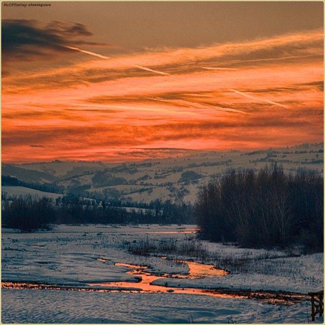 Rosso infinito. La #PicOfTheDay #turismoer di oggi ammira i riflessi del cielo sull'#Appennino modenese (#Marano sul #Panaro) Complimenti e grazie a @teosaguaro / Infinite red. Today's #PicOfTheDay #turismoer admires the glares of the sky above #Modena's #Apennines (#Marano sul #Panaro) Congrats and thanks to @teosaguaro