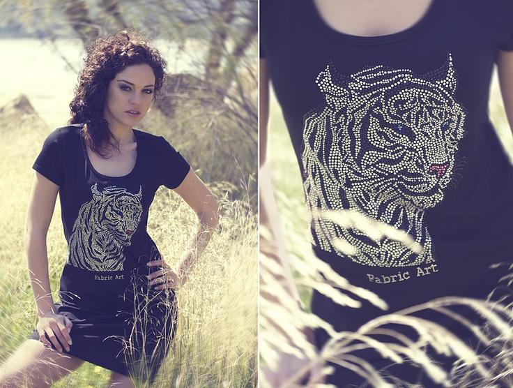 """Μπλουζοφόρεμα με κοντό μανίκι και χειροποίητο σχέδιο """"white tiger"""" από κρύσταλλα στο μπροστινό μέρος."""